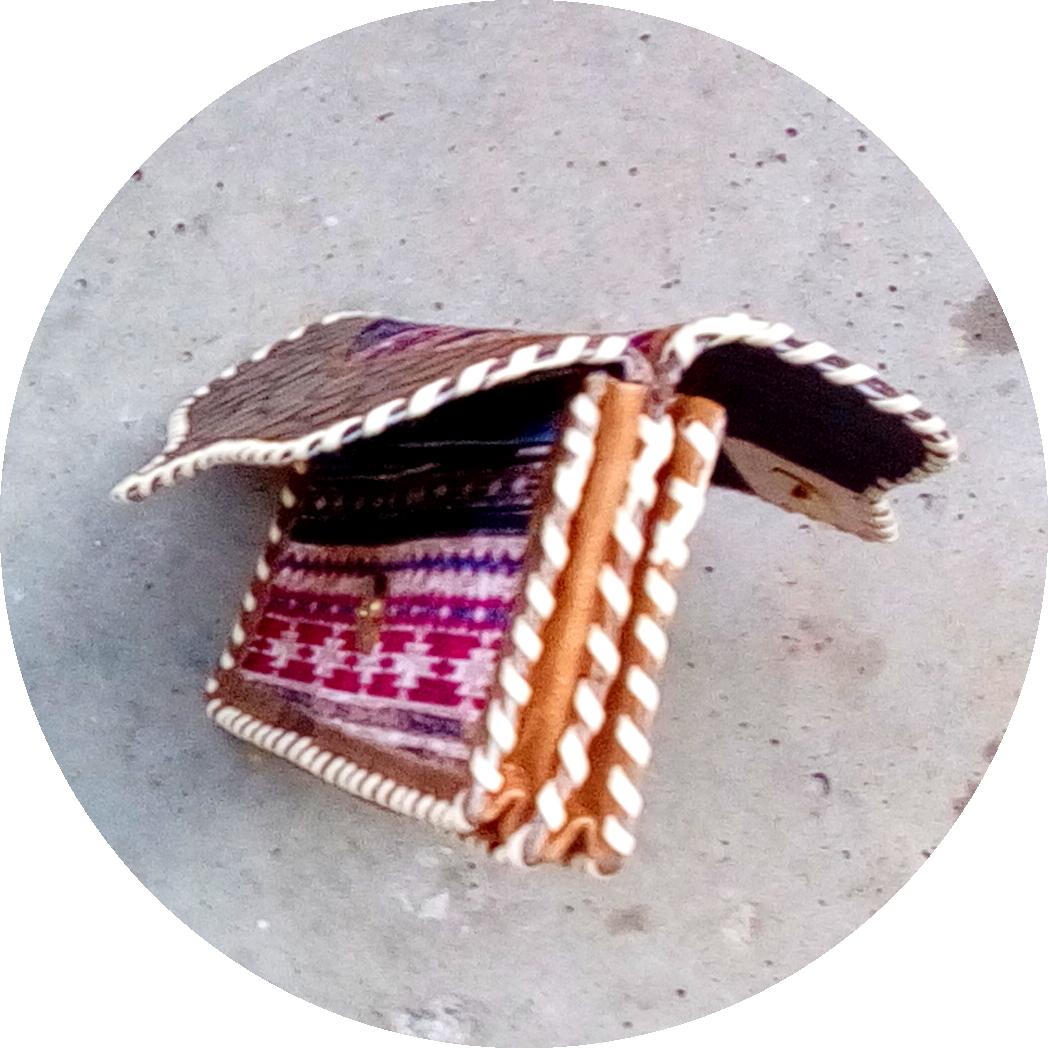 Damenbörse aus Stoff und Leder